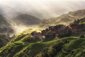 大山中的村落和美丽的梯田高清图片