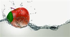 扔進水中的紅蘋果濺起的水花