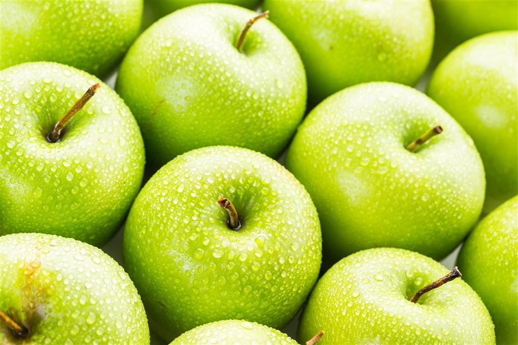 青蘋果上的小水珠高清圖片