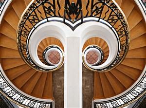对称的螺旋楼梯