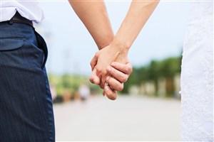 街上散步的情侣牵手图片