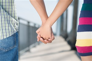 散步中情侣牵手图片