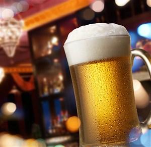 酒吧里装满啤酒的杯子高清图片