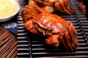 铁板上的美味大闸蟹细节特写图片