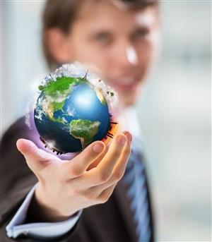 商務人士手中的地球模型高清圖