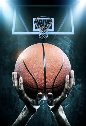 舉著籃球對著籃板的高清攝影圖