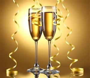 黄色背景下的香槟酒杯