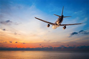 蓝天中飞行的客机高清图片