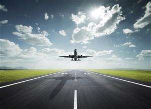 跑道上起飞的客机高清摄影图片