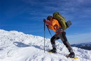 正在爬雪山的男子高清攝影圖片