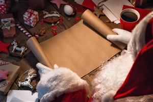 正字用牛皮紙制作禮物盒的圣誕老人高清攝影圖片