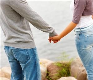 海边情侣牵手图片
