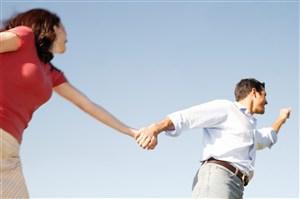 牵手奔跑的情侣图片
