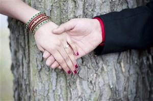大树旁情侣牵手图片