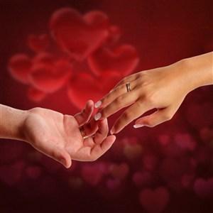 红色背景情侣牵手图片