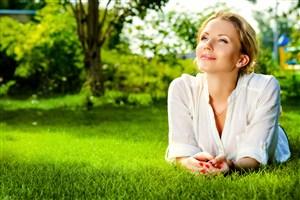趴在草地上的歐美氣質美女圖片