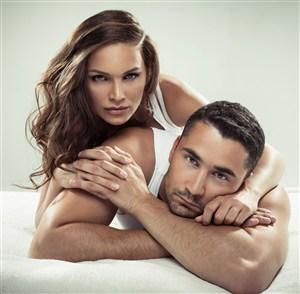 床上拥抱的情侣图片
