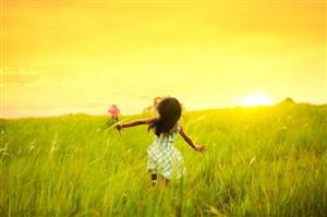 草叢里的小女孩兒童圖片