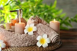 毛巾上的雞蛋花和蠟燭高清攝影圖