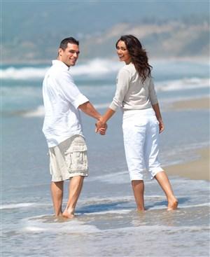 海边玩耍的情侣牵手图片