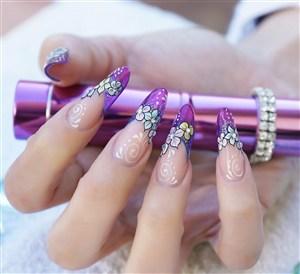 紫色唯美花纹美甲图片