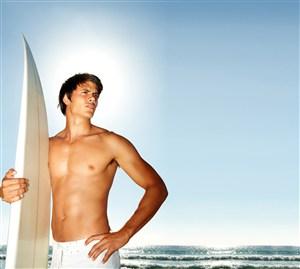 玩冲浪板的男人肌肉男健美图片