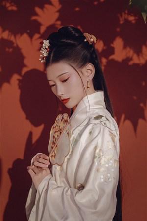 枫树下的古装美女图片