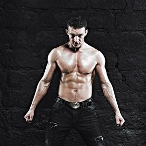 身軀高大的肌肉猛男圖片