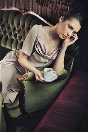 有点抑郁端着咖啡的美女图片