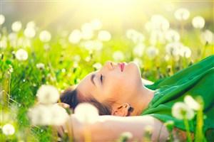 躺在花叢中的歐美美女圖片