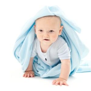 頂著藍色毛巾寶寶爬行圖片