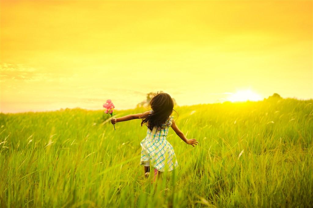 草丛里的小女孩儿童图片