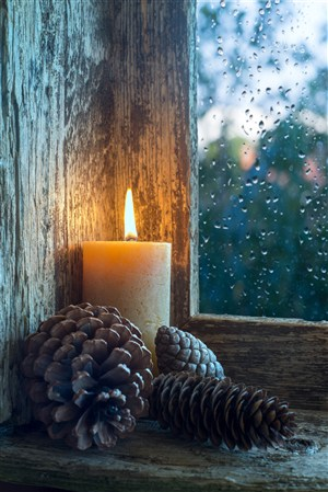 窗户内的蜡烛高清图片