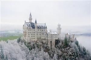 欧洲山顶雪中城堡