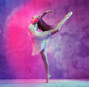 單腳立在木板上的女舞者高清圖