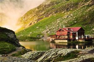 山陵中的房屋高清风景