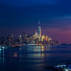 深蓝色天空下的港口城市夜景