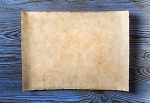 泛藍色的木桌上的陳舊紙張