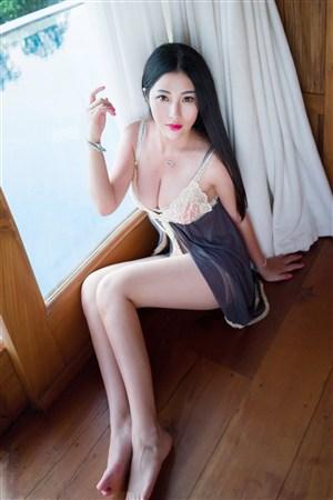 坐在地板上的性感大胸美女